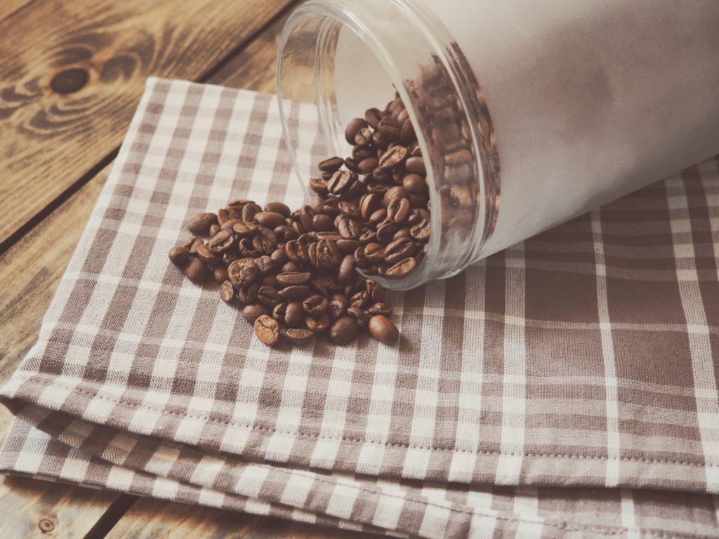 Κόκκοι καφέ σε κλειστό σακουλάκι για τη ντουλάπα σας