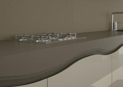 ioulida gloss: η κίνηση των θαλάσσιων κυμάτων αποτυπώνεται στο ιδιαίτερο ενσωματωμένο άνοιγμα των πορτών